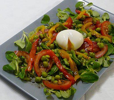 Salade petits pois, œuf mollet et poivron confit
