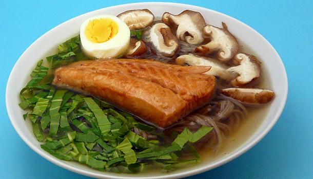 Soupe de nouilles soba et saumon laqué