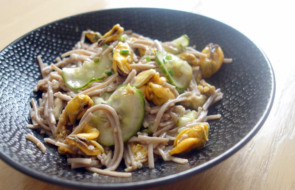 Soba aux moules et concombre