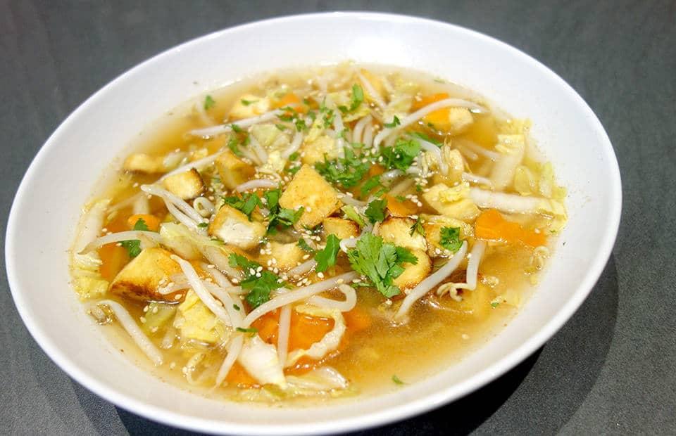 Soupe de tofu frit aux légumes